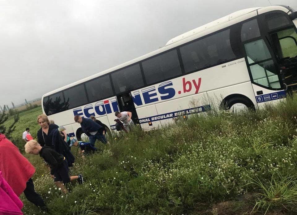 Автобус компании ECOLINES съехал в кювет по дороге из Минска в Одессу