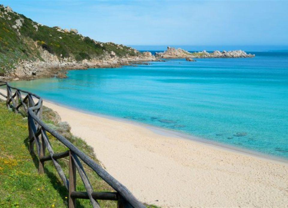 Турист получил штраф в 1000 евро за кражу песка с пляжа на Сардинии