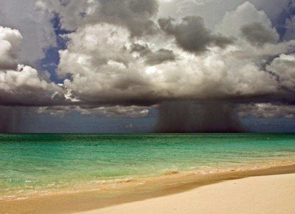 Мощный тропический шторм движется к популярным курортам Таиланда