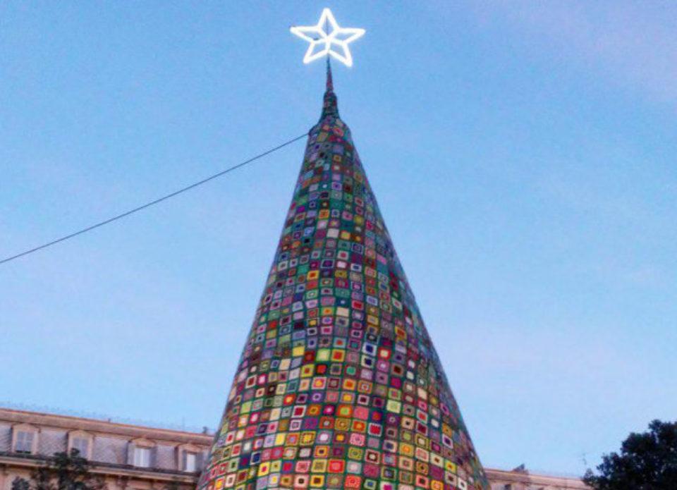 В Генуе поставили необычную вязаную елку