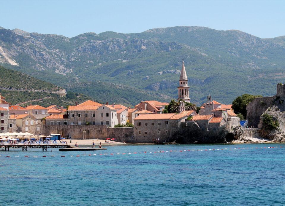 Чартерная программа в Черногорию продлена до 25 октября