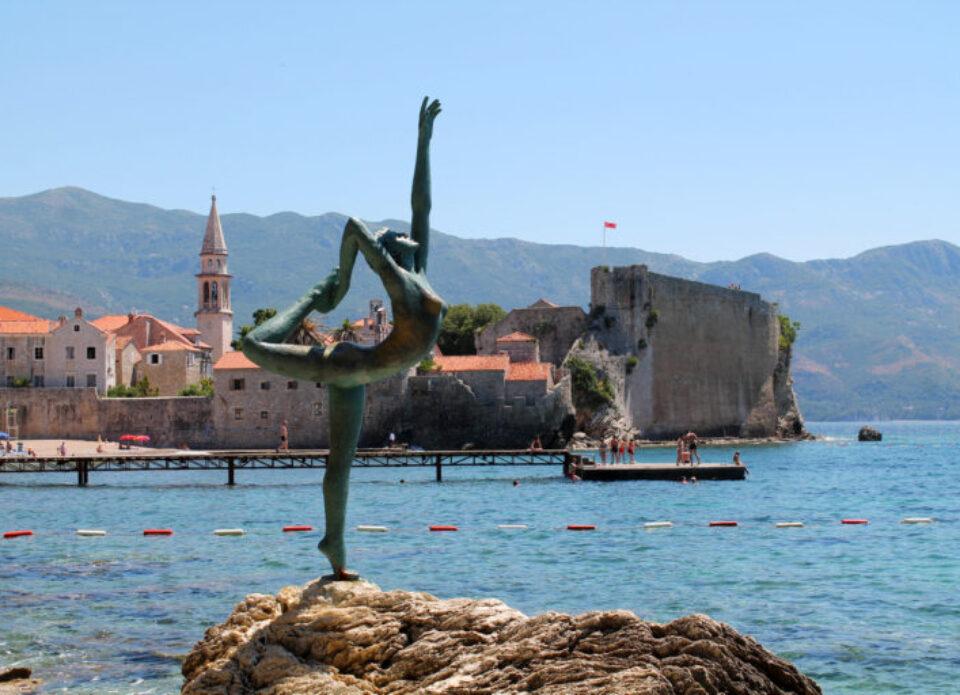 Шторм в Черногории унес в море символ курортной Будвы