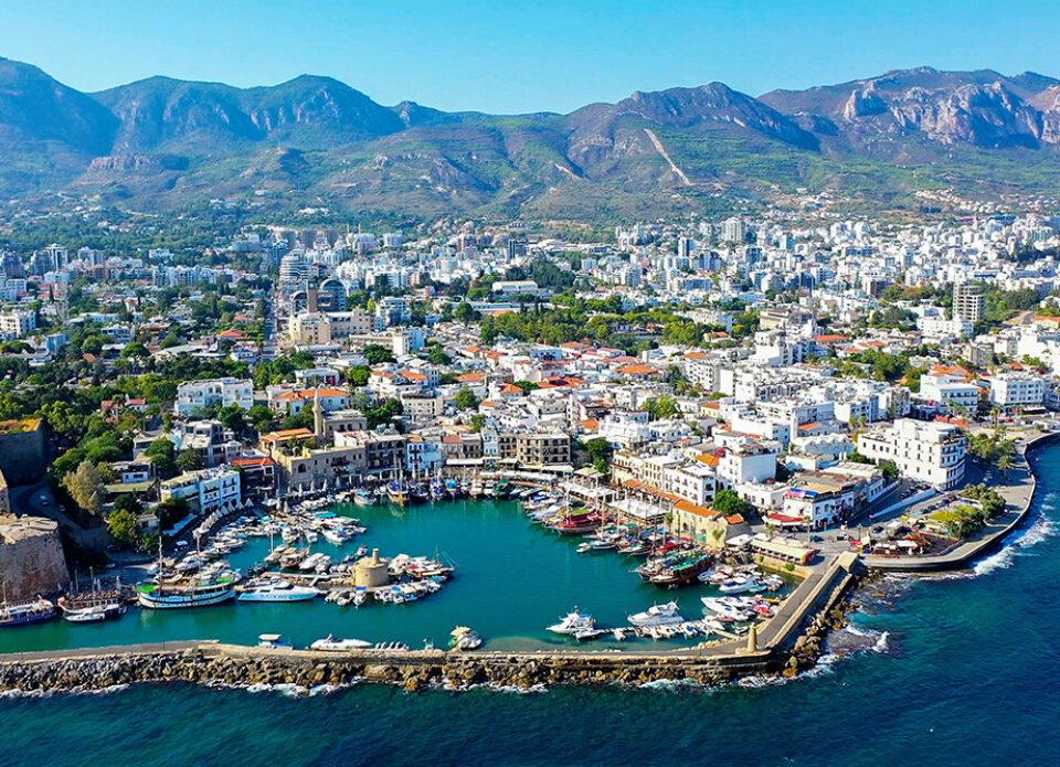 Невакцинированные туристы на Кипре должны сдавать тест раз в неделю