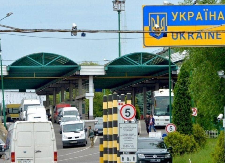 Введен карантин для не вакцинированных туристов в Украине